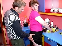 Mature mommy screwed in kitchen